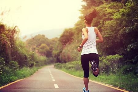 Megfelelő életmód programmal a koleszterinszint csökkenthető.